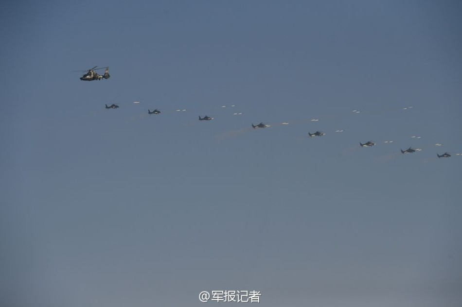 解放军成群武直空中齐射火箭弹