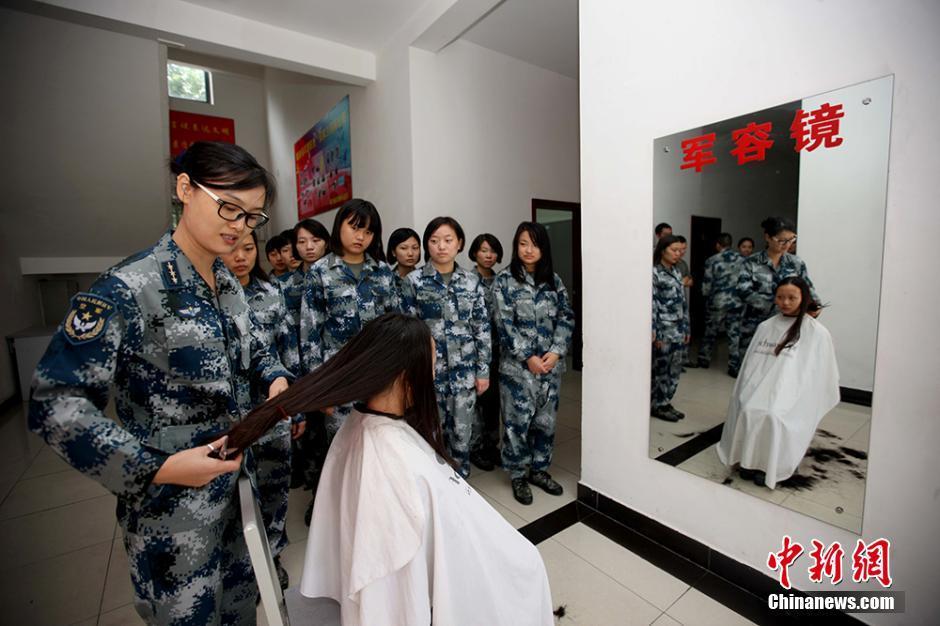 女兵刚到军营手机电脑全部上交