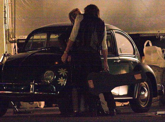 """""""梅姨""""和瑞克•斯普林菲尔德新片街头拥吻"""