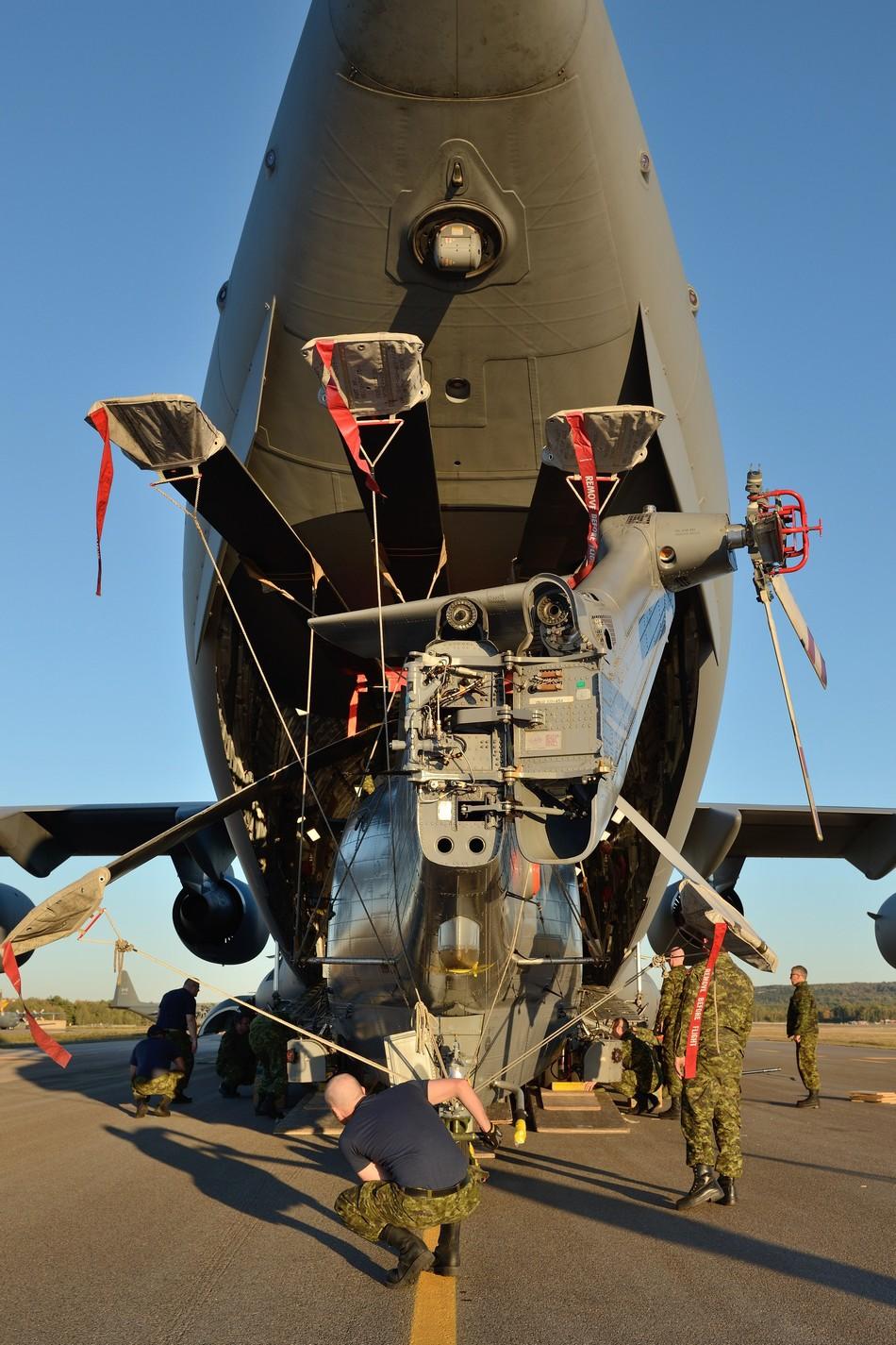 C-17装了包裹后再塞一架直升机