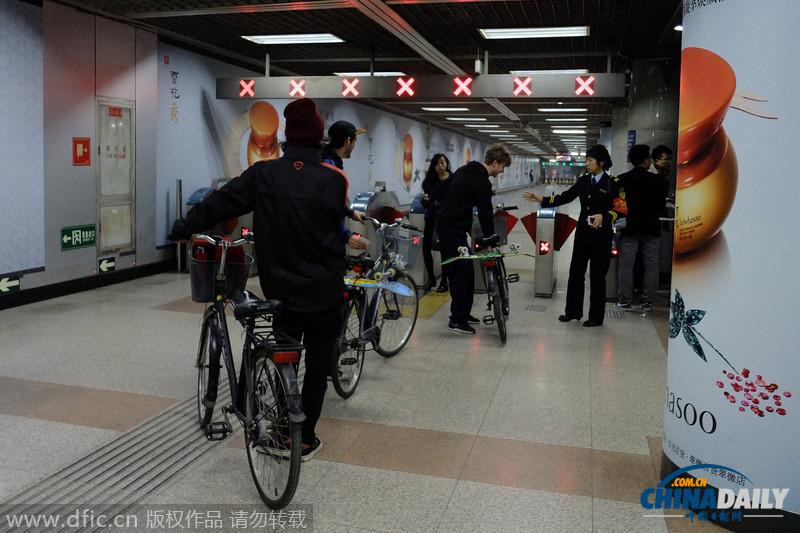 3名老外推自行车闯北京地铁遭怒斥:别给你们国家丢脸
