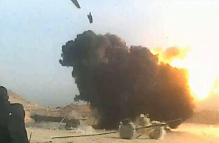 美军炸弹命中极端武装火炮瞬间