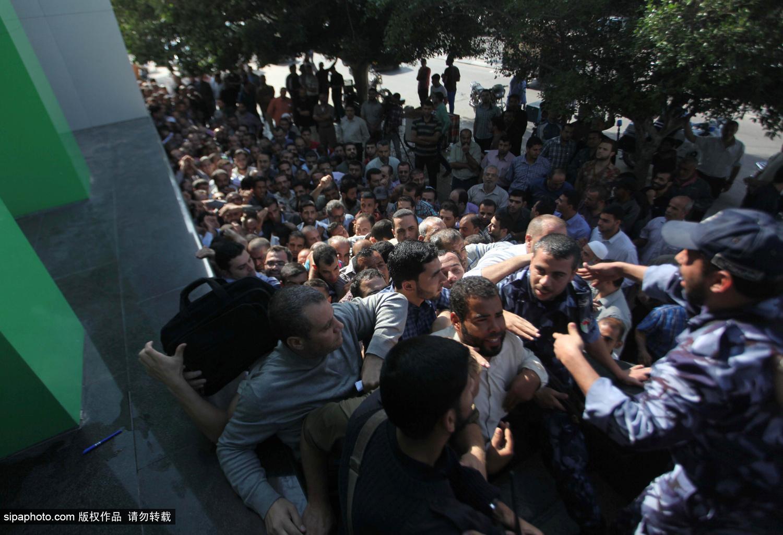 巴勒斯坦发放3000万美元拖欠工资 几千人争抢现场混乱