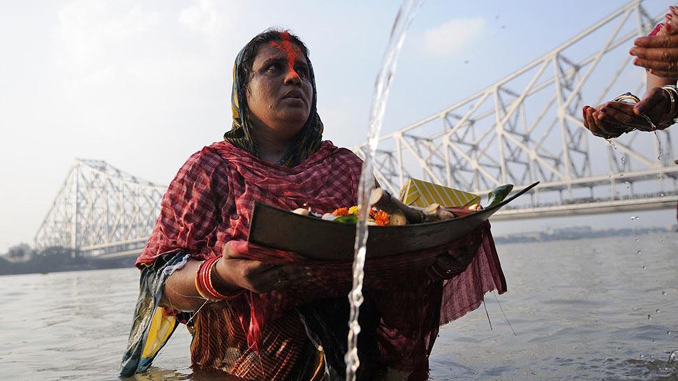 印度庆祝克哈特普迦节 供奉太阳神