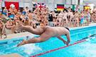 """法国举行""""裸体游泳赛"""""""