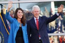 """克林顿""""撇妻""""单独为美女候选人竞选站台"""