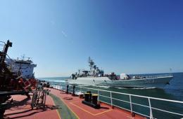 我军战舰首次动用民船海上补给