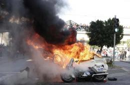 墨西哥警方与街边小贩冲突 3辆警车被烧4人被拘