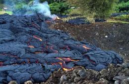 温度高达900摄氏度火山熔岩逼近夏威夷城镇