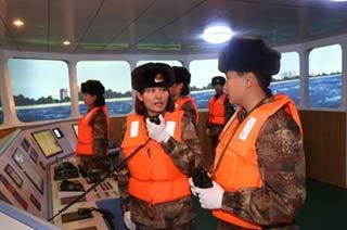解放军女兵开船在北疆界江巡逻