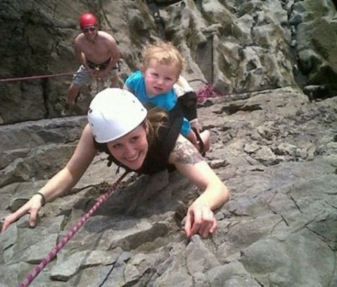英国妈妈背2岁女儿攀岩 称为启发女儿
