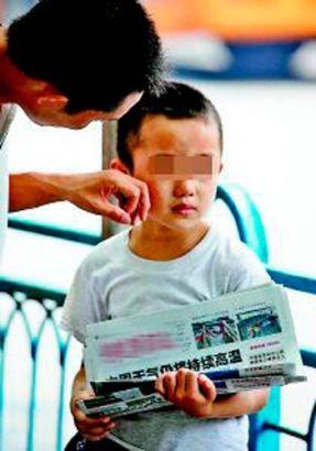 父亲另类教育激怒7岁倔强儿子 不写作业上街卖报