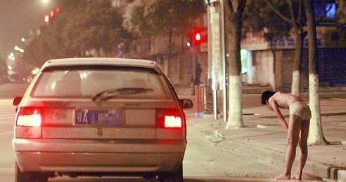 男孩屡次逃课激怒父亲 被罚深夜街头裸跑