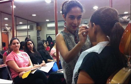 印度最高法院废除女化妆师在电影业工作禁令