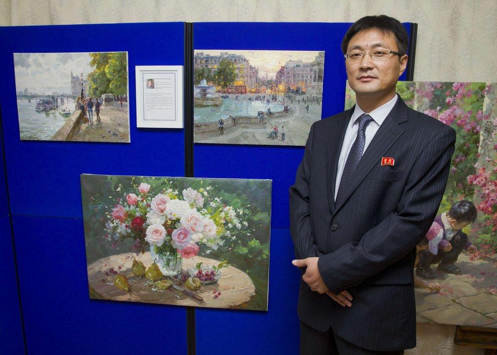 """,英国伦敦,朝鲜驻英大使馆展出4位""""国宝级""""油画家的作品."""