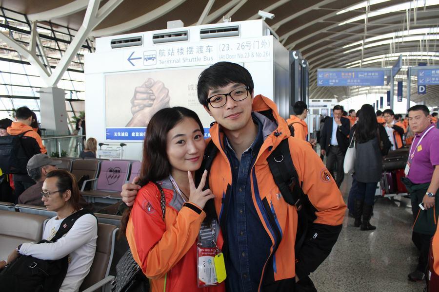 临别前中韩两国青年依依不舍 泪洒机场