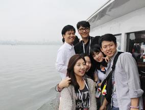 韩代表团成员抵达杭州 游览西湖美景