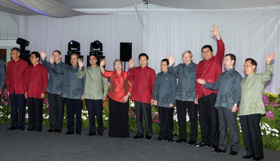第十七次领导人非正式会议在新加坡举行.与会各成员领导人身着新图片