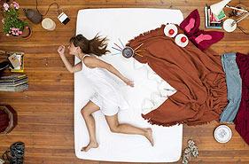 摄影师以床作画 创意女子丰富梦境
