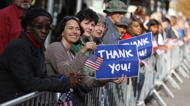美国纽约举行大型游行活动向退伍军人致敬