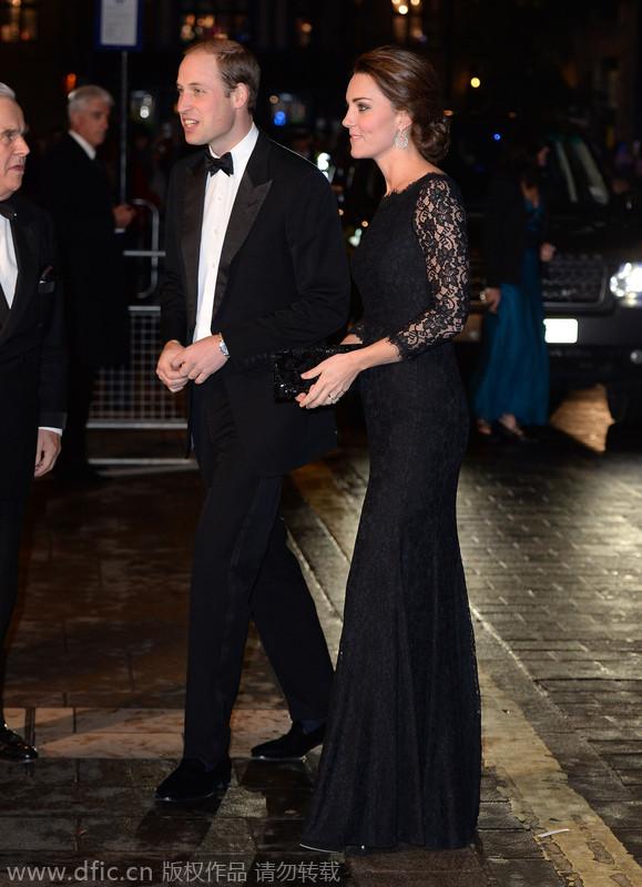 凯特王妃全裸怀孕涂鸦市民合影 肚子上摆放小皇冠诙谐逗趣