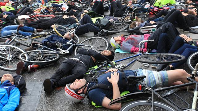 英民众模拟交通事故死难者 呼吁完善国家运输体系