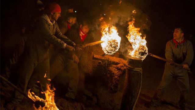 西班牙动保人士与火牛节活动支持者爆发冲突