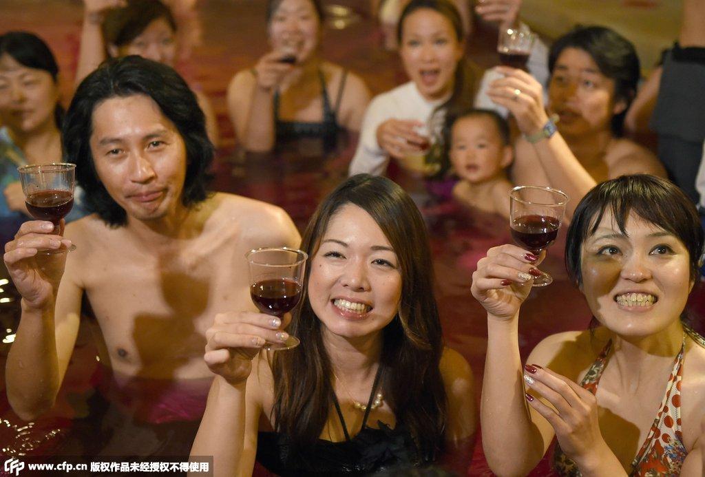 日本温泉圣地办红酒浴场