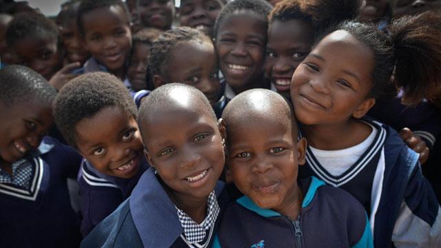 爱尔兰志愿者为南非贫困儿童修建学校(图)