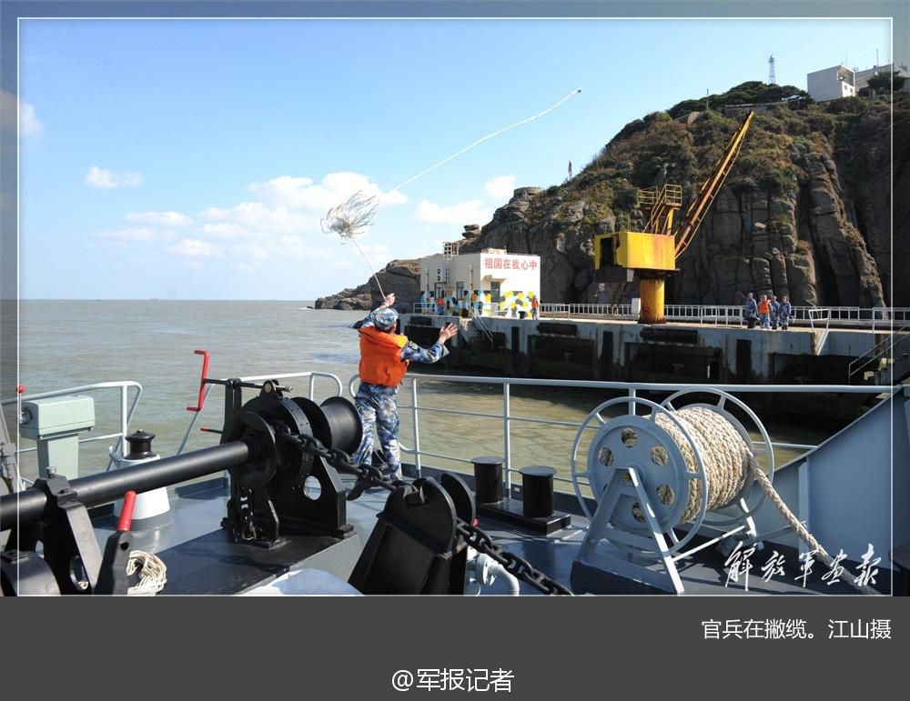 中国军舰为孤岛官兵补给画面