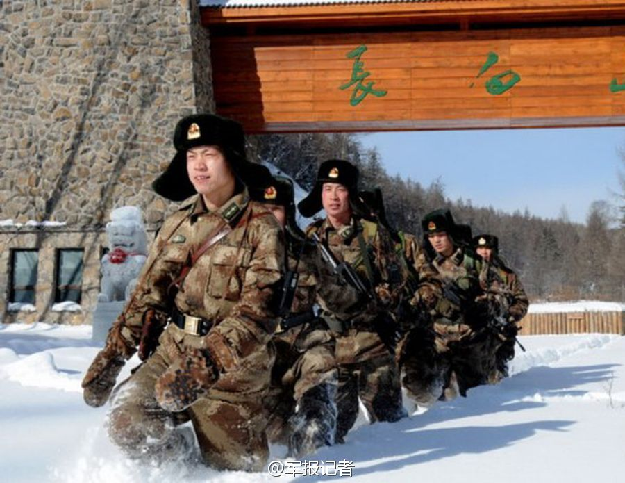 白雪皑皑解放军骑战马跨越冰河