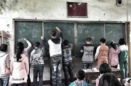 """孩子们在黑板写下绿茵梦想""""我想有个球场"""""""