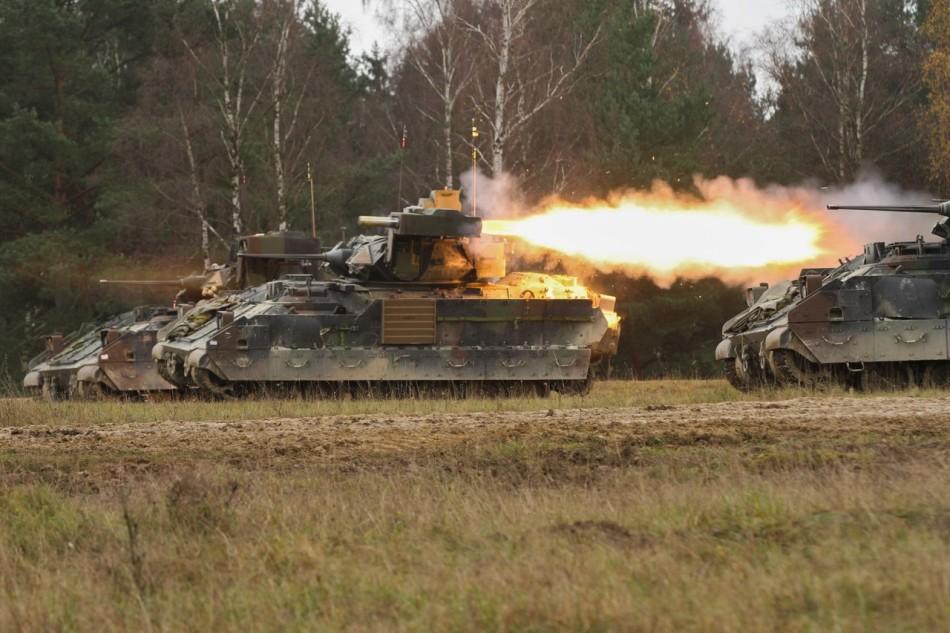 美军布雷德利战车发威狂射导弹