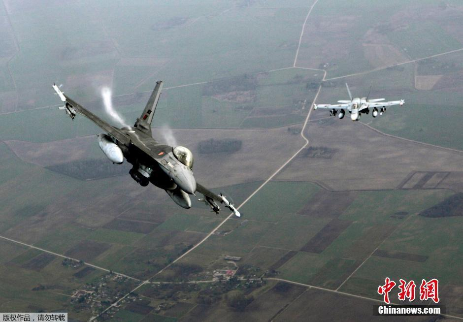 """北约F-16与大黄蜂玩起""""狗斗"""""""