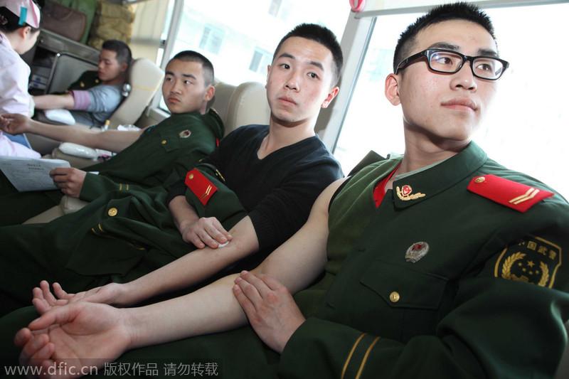 上海武警部队战士献血纪念退伍