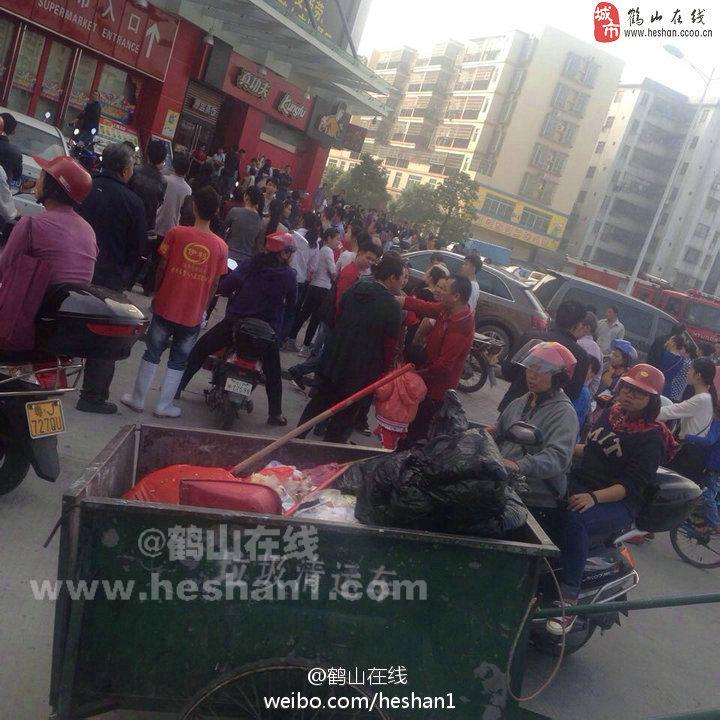 广东鹤山广场发生砍人事件 四人被砍伤_国内新闻_环球