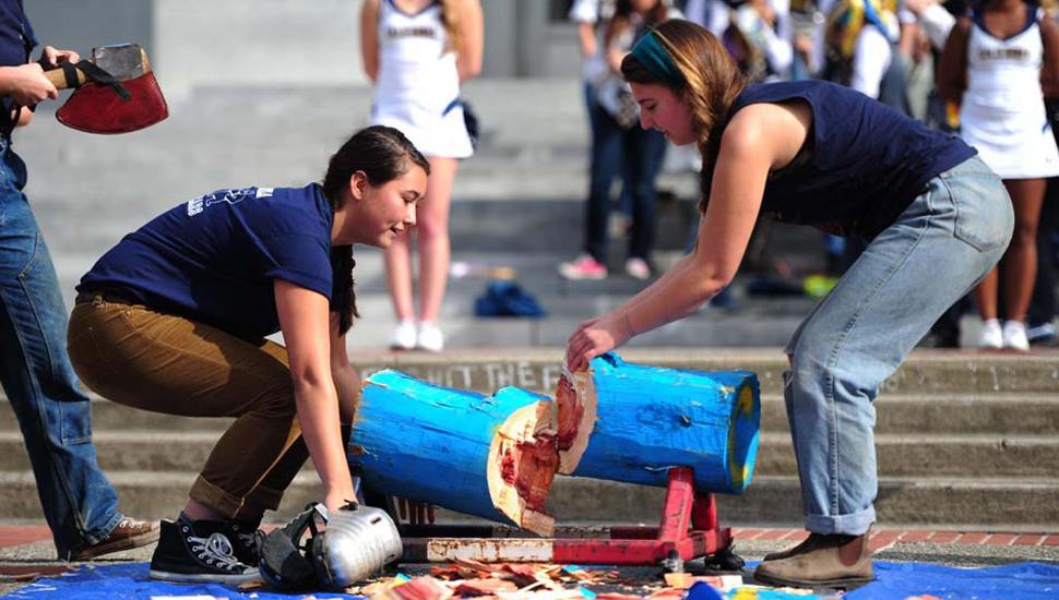 美国伯克利举行伐木大赛 女汉子霸气参赛