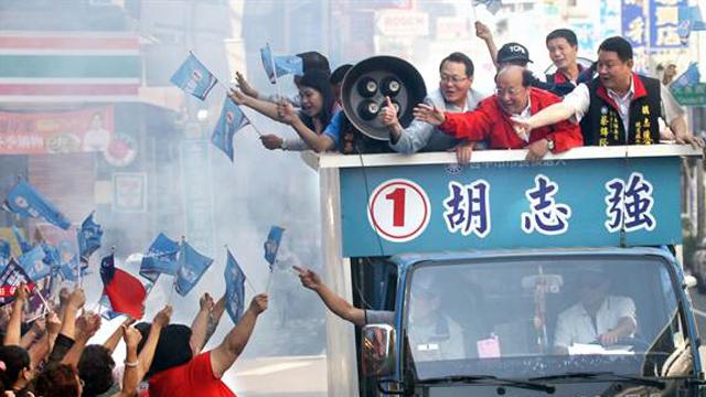 国民党台中市长候选人胡志强首度车队扫街拜票