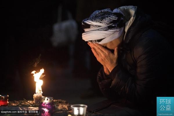 """乌克兰纪念""""大饥荒""""81周年 波罗申科跪祭逝者"""