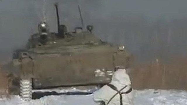 战斗民族:俄女兵单挑装甲车