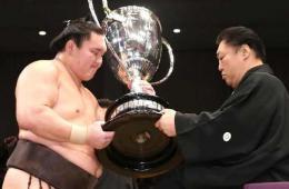 相扑横纲白鹏第32次夺冠 创下最高纪录