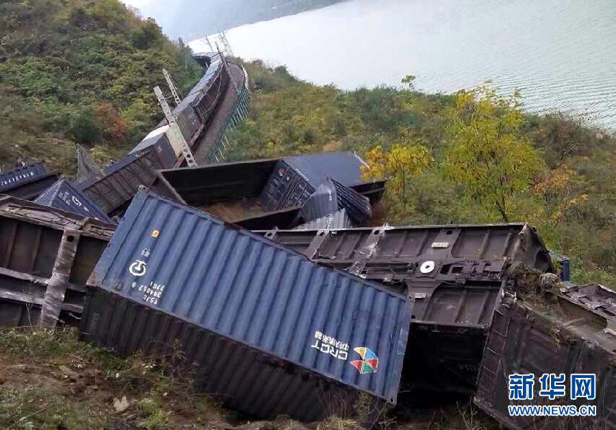 陕西旬阳货运列车脱轨事故造成2名司机死亡