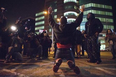 美国黑人街头_美国白人警察枪杀黑人免于起诉引骚乱 街头陷混战_国际新闻_环球网