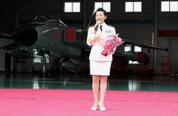 宋祖英在南海舰队飞豹战机前演唱