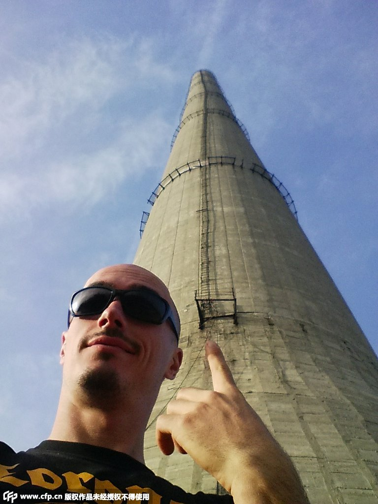 罗马尼亚冒险家徒手攀爬208米烟囱