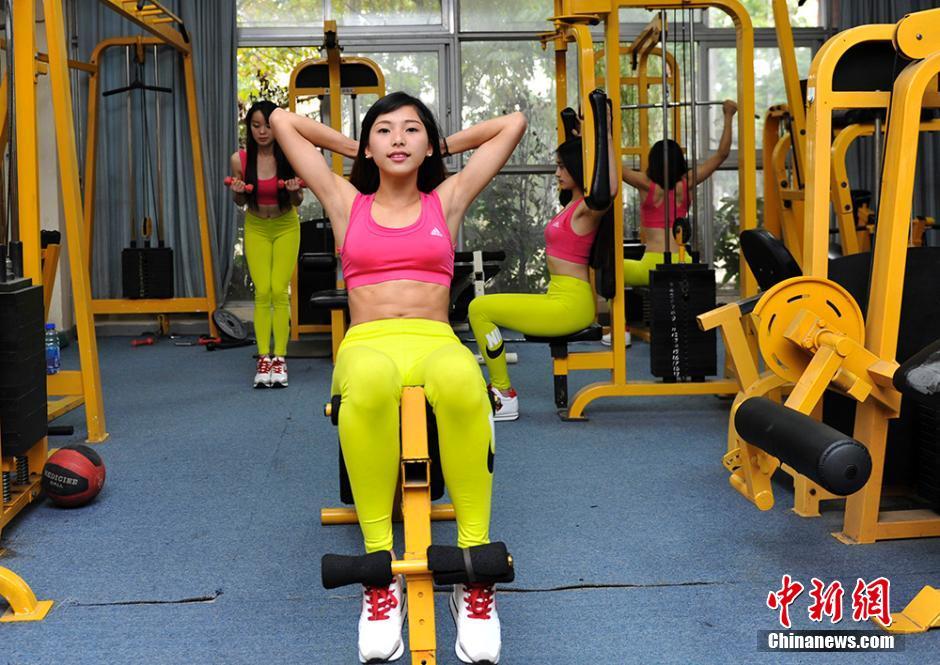 成都大学女生入选中国健美健身队备战锦标赛