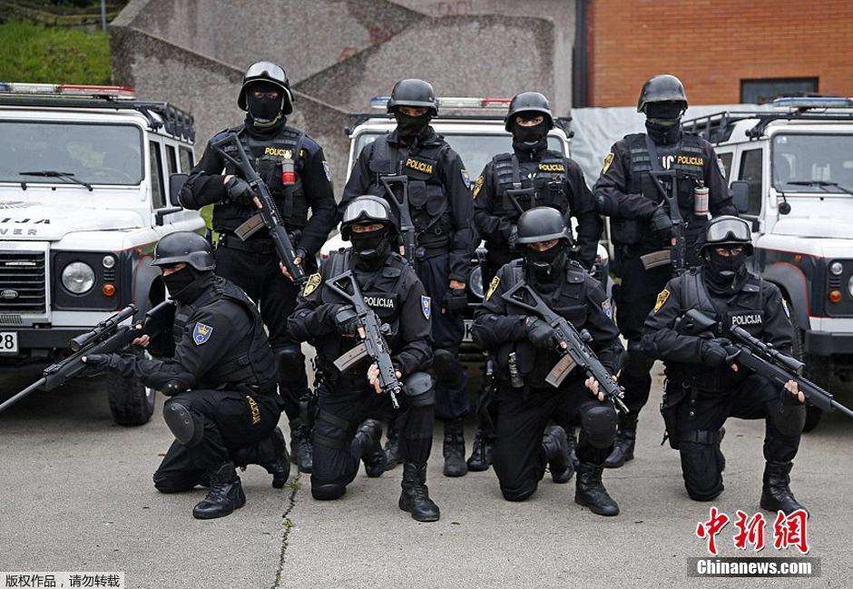 当地时间2014年10月3日,波斯尼亚特别警力支持部队。在波斯尼亚,警方可使用的武力依次是警棍、化学刺激物、高压水枪,在警告后并且无其他解决措施时可使用特殊火器及爆炸装置等,但不得对老弱病残使用,除非对方也使用。必须确保使用恰当。