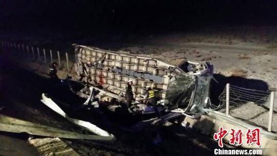 连霍高速甘肃段载51人客车侧翻 已致2死48伤