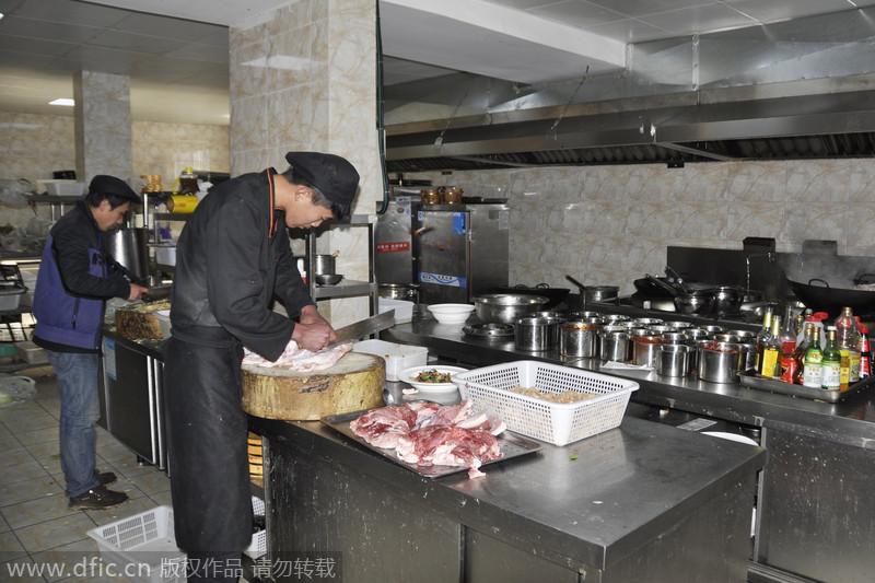 康定地震发生后 一饭店每日免费派送盒饭上千份