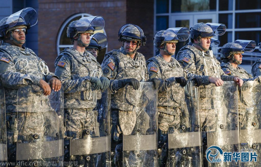 """美国出动国民警卫队应对""""弗格森骚乱"""""""